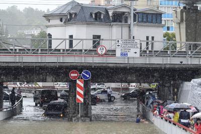 """–осси€. —очи. 25 июн€ 2015. ѕоследствие наводнени€ на одной из улиц города в јдлерском районе. ќлег —нигирев/""""ј——"""