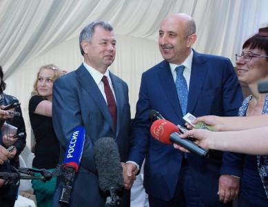 Анатолий Артамонов и вице-президент KASTAMONU Онур Гювен