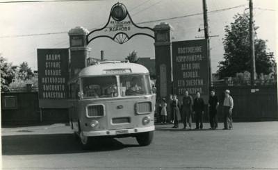Автобус ПАЗ-672 выезжает из проходной, 1968 год