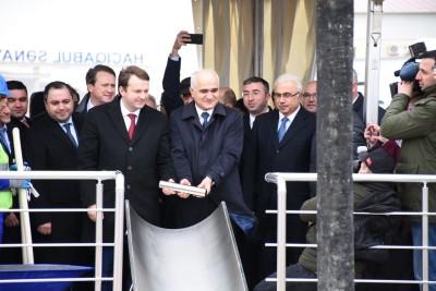 Максим Орешкин и Шахин Мустафаев закладывают символический цилиндр в основание нового завода