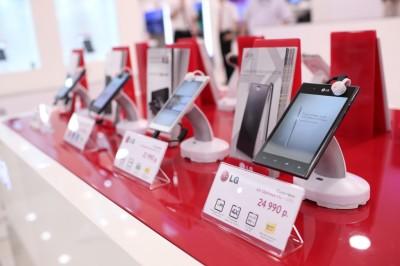 Мобильные телефоны в фирменном магазине LG