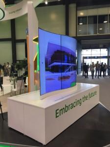 Уникальный изогнутый двусторонний LG OLED-дисплей-3