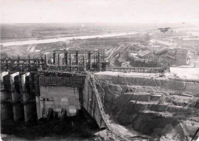 Вид сверху на строительство Угличской ГЭС со стороны верхнего бьефа. 1940 г.
