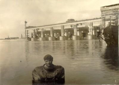 Водолаз на Угличской ГЭС. 1940 г.