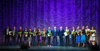 Заседание завершилось ставшей традиционной церемонией вручения грантов, учрежденных по личной инициативе Андрея Комарова