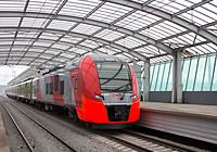 Пассажирский поезд Ласточка у перрона станции Лужники