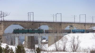Грузовой состав с локомотивом ВЛ80 с полувагонами Новотранс на мосту
